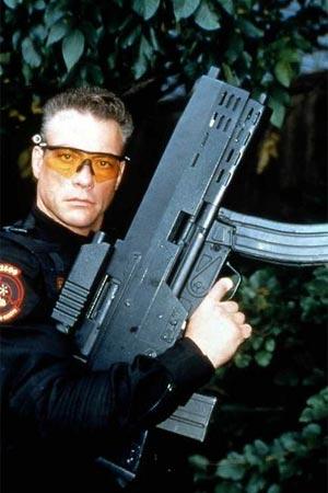 Сюжет Универсальный солдат- совершенная кибернетическая машина убийства...