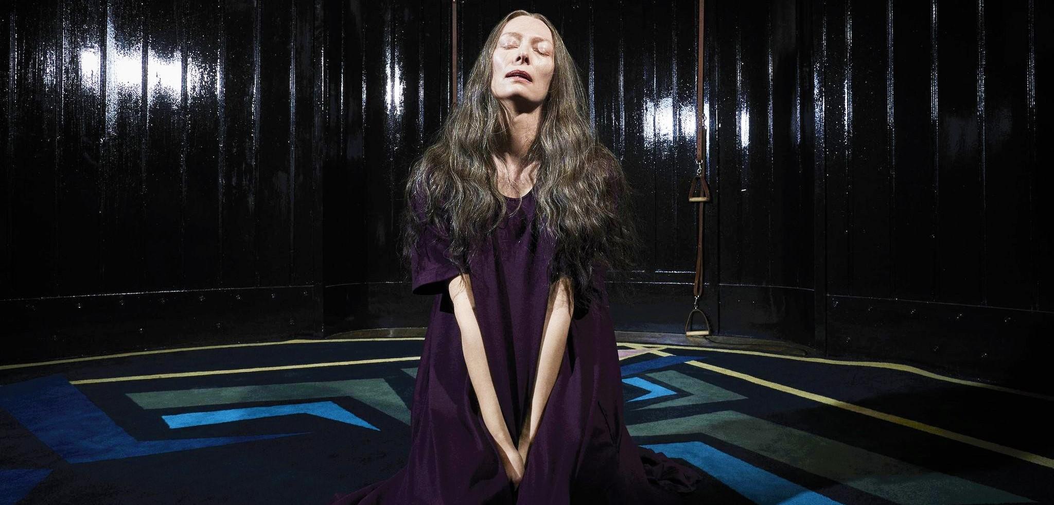 Неузнаваемая Тильда Суинтон на постере хоррора «Суспирия»