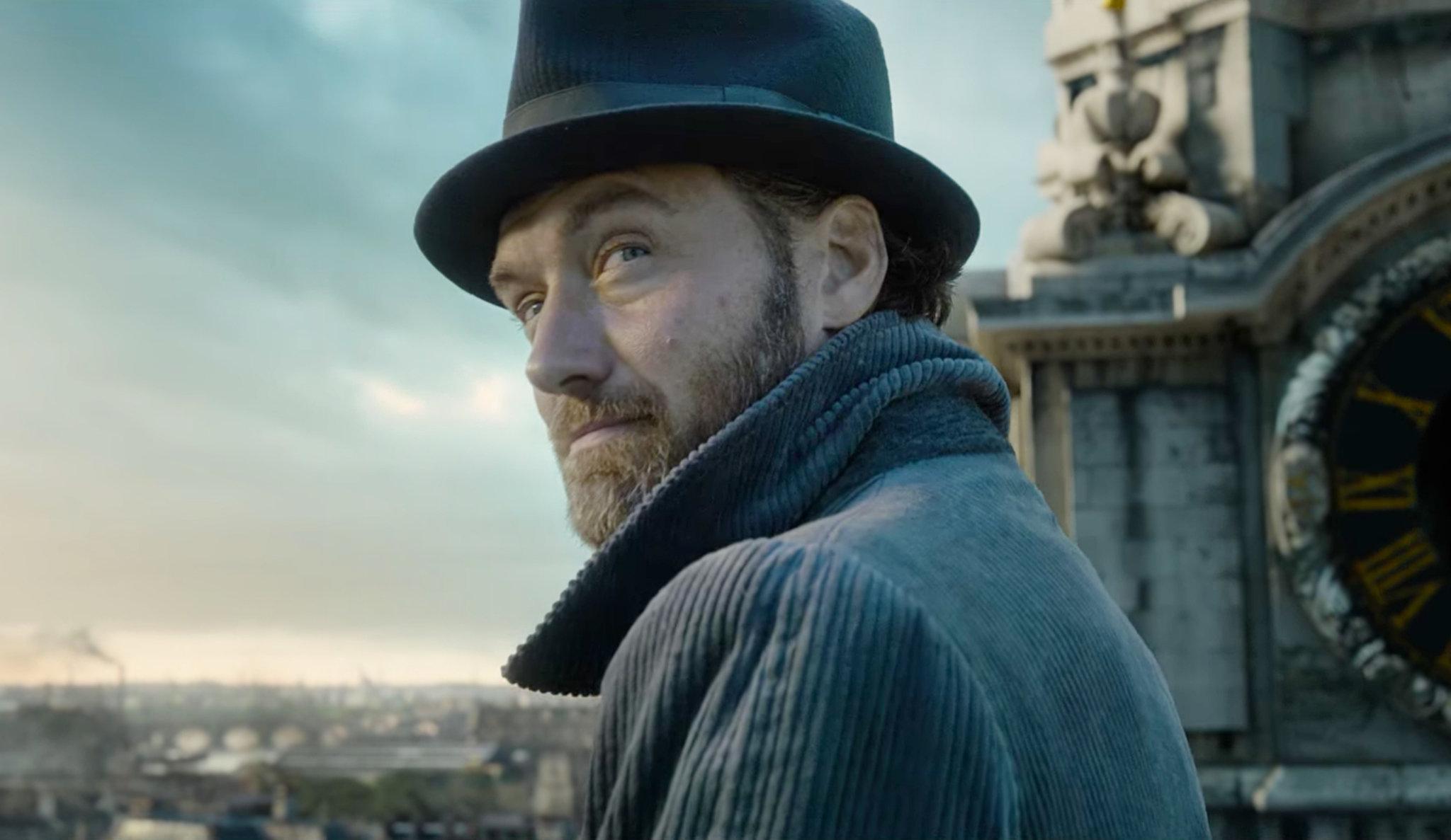 Джуд Лоу в образе Дамблдора на кадре из «Фантастических тварей 2»