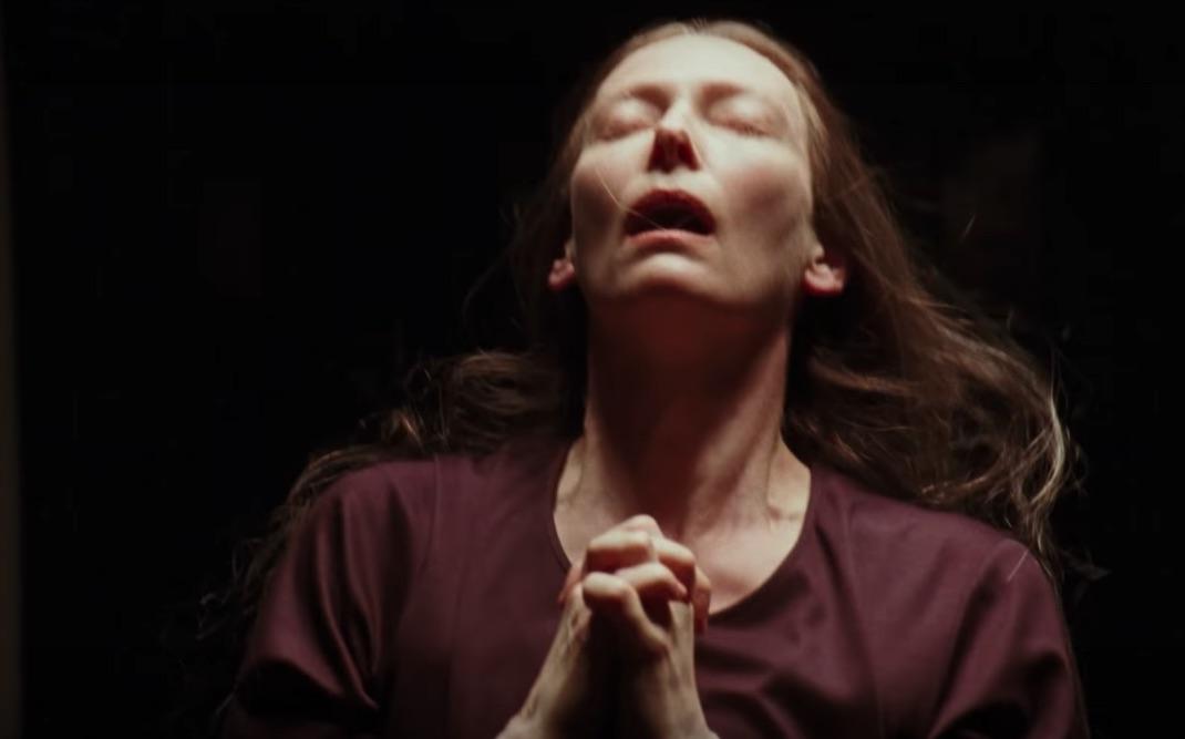 Тильда Суинтон на свежем кадре из хоррора «Суспирия»