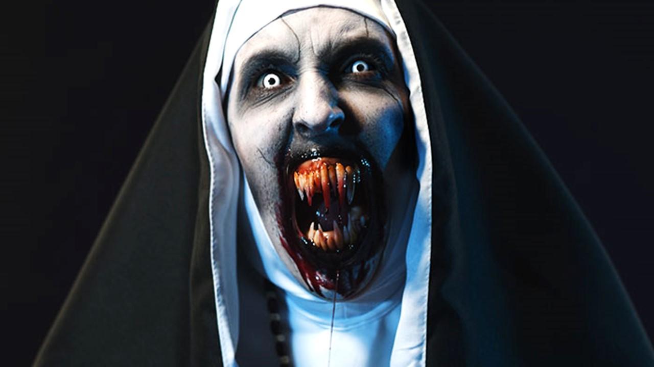 Проморолик и плакат фильма ужасов «Проклятие монахини»