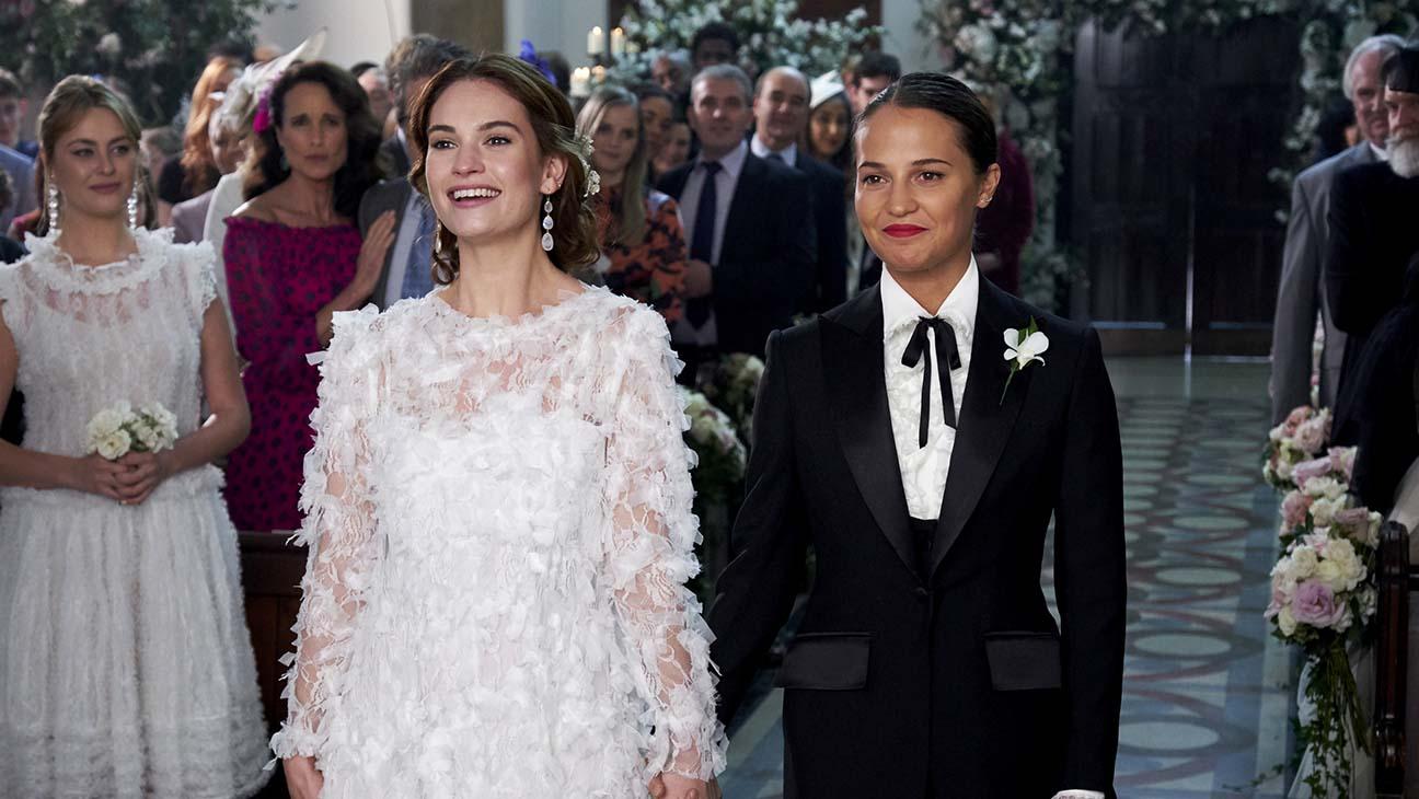 Лили Джеймс и Алисия Викандер поженились в мини-сиквеле «Четыре свадьбы и одни похороны»