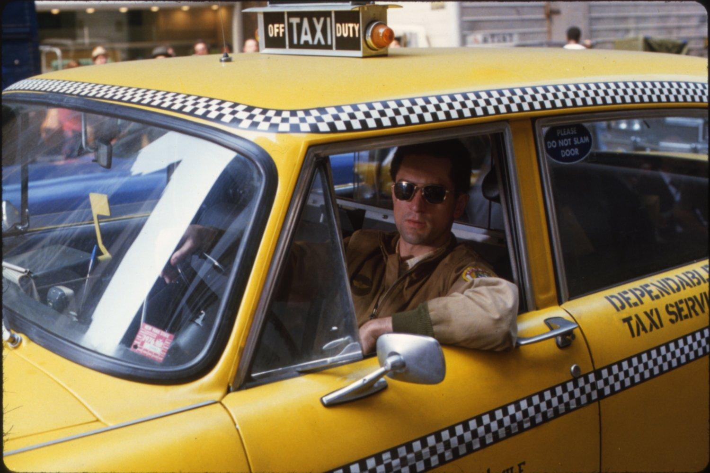 Роберт Де Ниро в роли Трэвиса на кадре из фильма «Таксист»