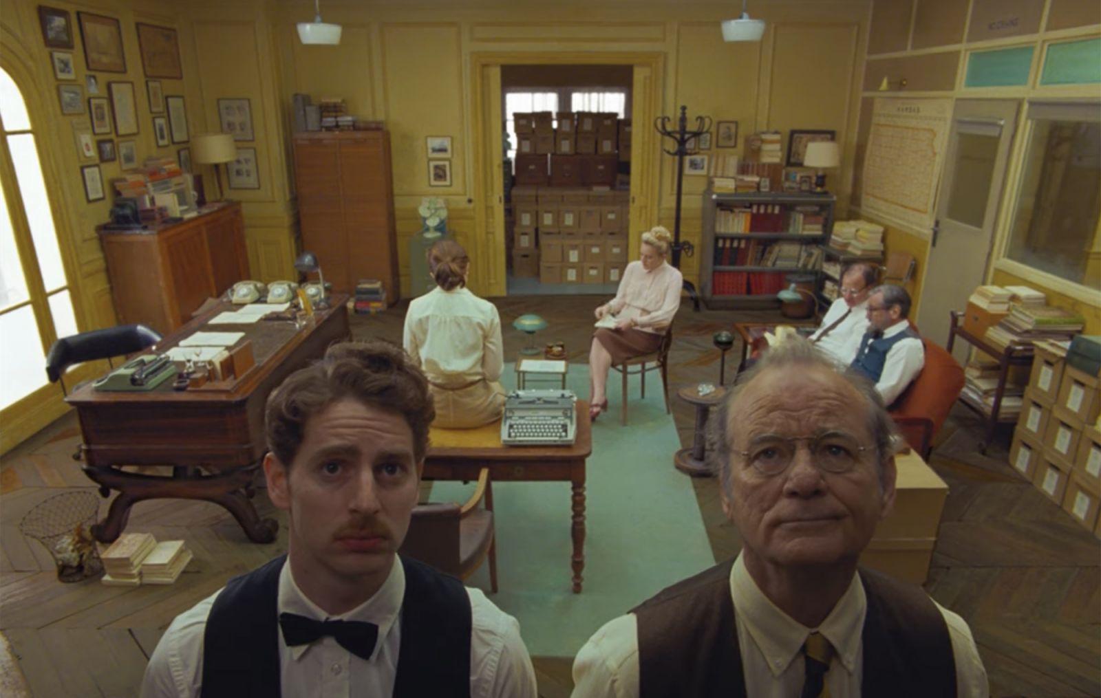 Билл Мюррей в роли Артура на кадре из фильма «Французский вестник. Приложение газете ''Либерти. Канзас ивнинг сан''»