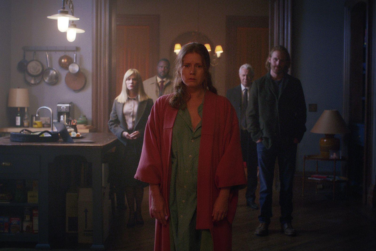 Эми Адамс в роли Анны Фокс на кадре из фильма «Женщина в окне»