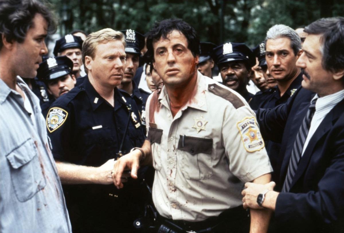 Сильвестр Сталлоне в роли Фредди на кадре из фильма «Полицейские»