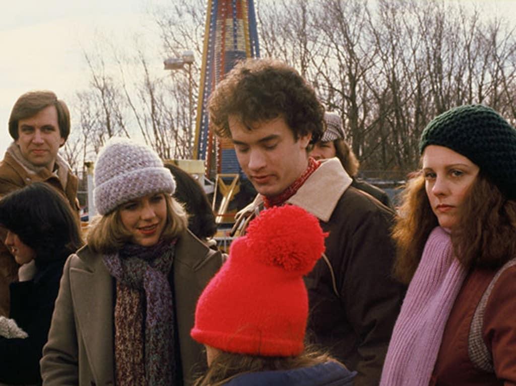 Том Хэнкс в роли Эллиота на кадре из фильма «Он знает, что вы одни»