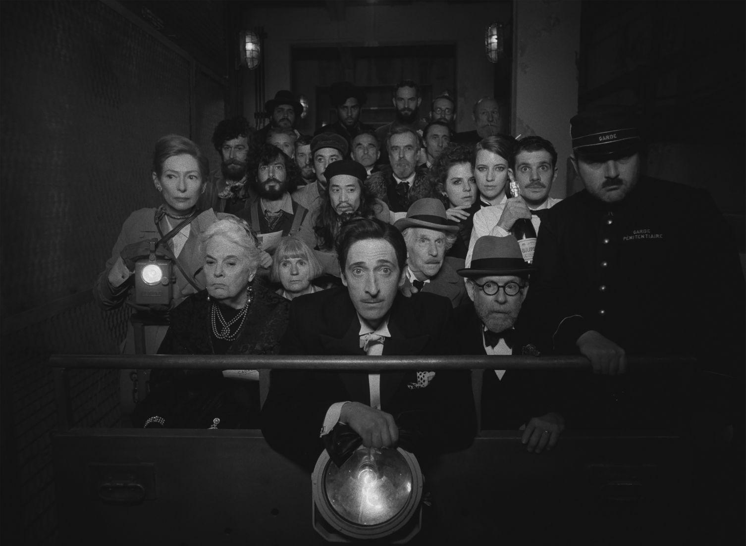 Эдриен Броуди в роли Джулиана Кадазио на кадре из фильма «Французский вестник.  Приложение к газете ''Либерти. Канзас ивнинг сан''» »