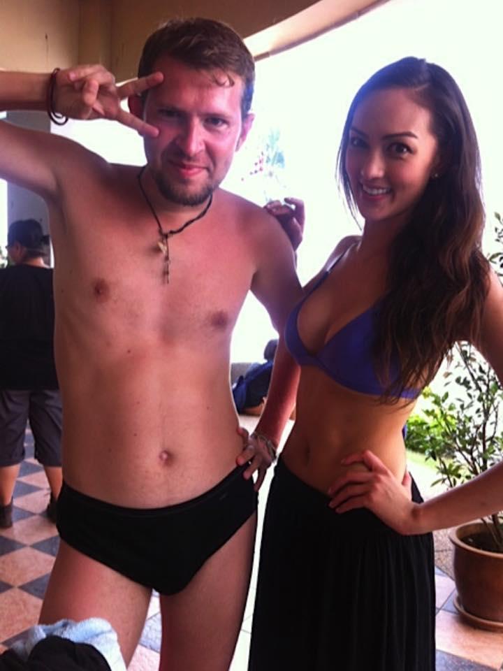 lezut-rukami-pod-odezhdu-devushkam-seks-film-russkaya-zhena-prosit-viebi-menya-po-polnoy