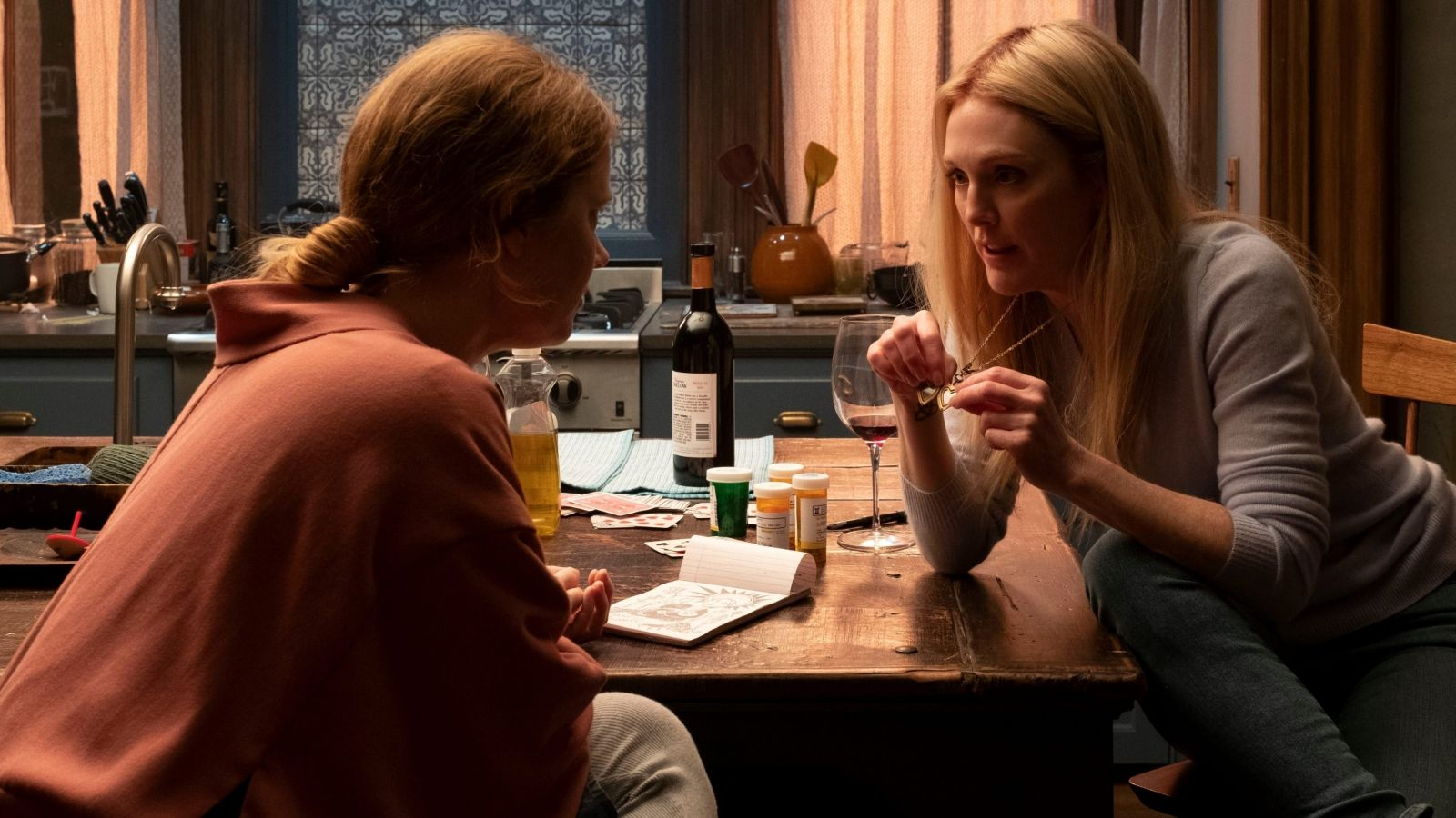 Джулианна Мур в роли Джейн Рассел на кадре из фильма «Женщина в окне»