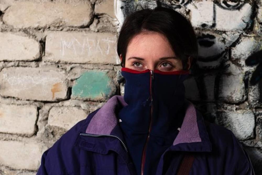 Милана Агузарова в роли Ады на кадре из фильма «Разжимая кулаки»