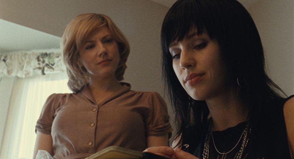 Кэтрин Винник в роли Патти Фогель на кадре из фильма «День флага»