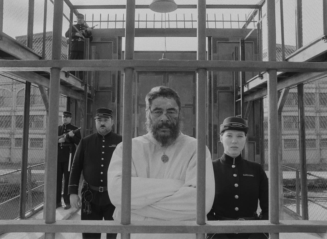 Бенисио дель Торо в роли  Мозеса Розенталера на кадре из фильма «Французский вестник. Приложение к газете ''Либерти. Канзас ивнинг сан''»