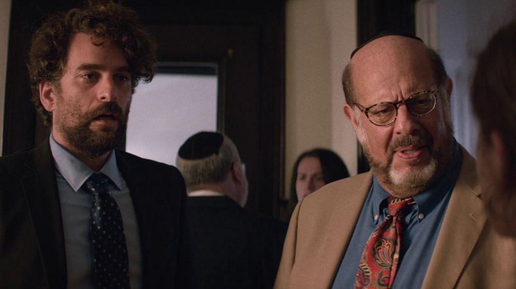 Дэнни Деферрари в роли Макса на кадре из фильма «Шалом, папик!»