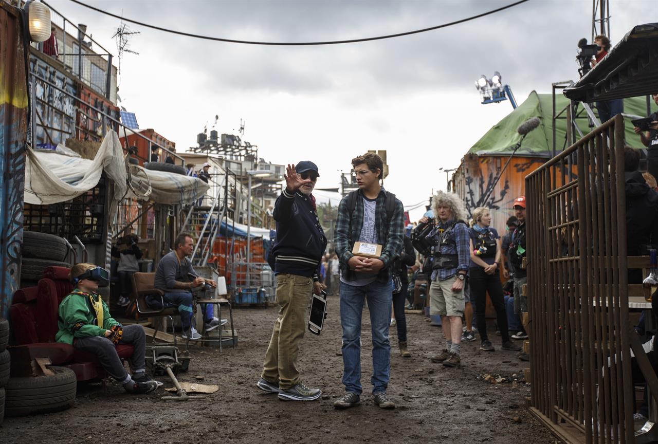 """Стивен Спилберг и Тай Шеридан на съмках фильма """"Первому игроку приготовиться"""""""