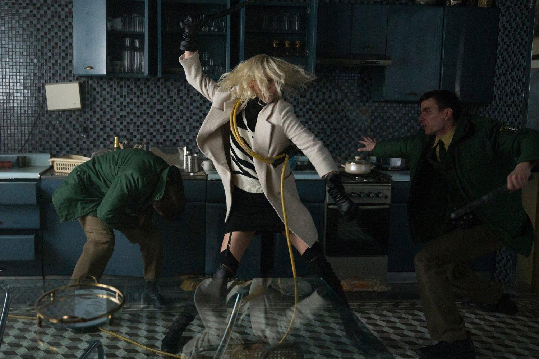 """Кадр из фильма """"Взрывная блондинка"""""""