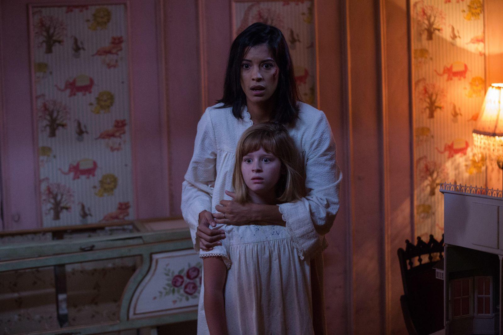Кукла-демон Аннабель напугала посетителей магазина. Видео ... | 1067x1600