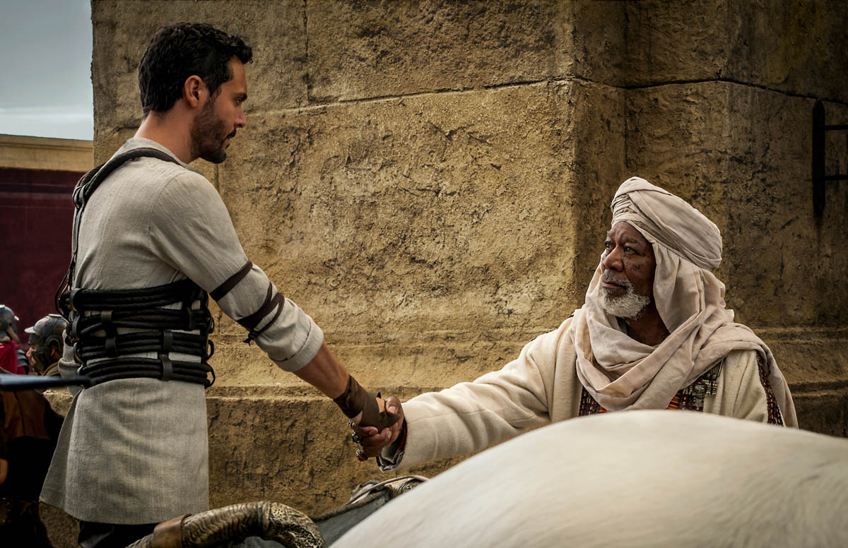 Иуда примыкает к восставшим против правителя, взявшего деньги из храма на строительство нового водопровода.