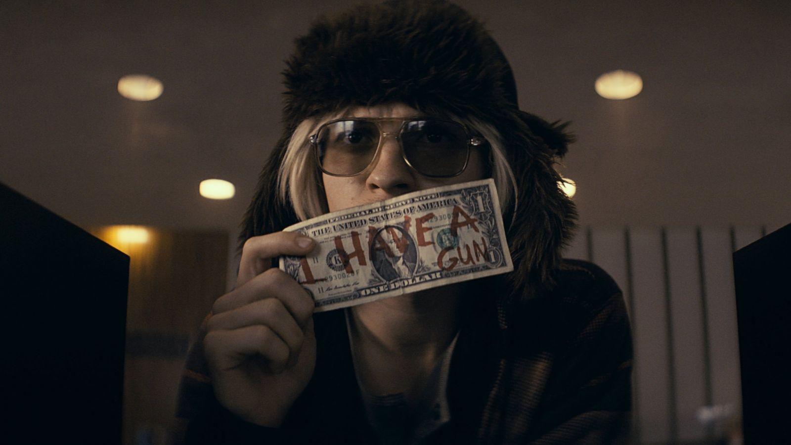 Том Холланд в роли Черри на кадре из фильма «По наклонной»