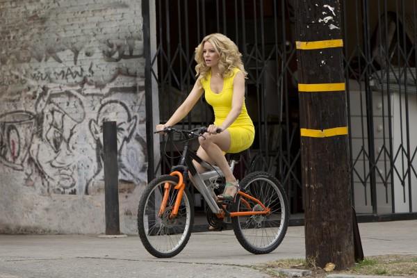 Комедия про блондинку в желтом платье