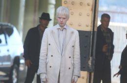 В белом пальто