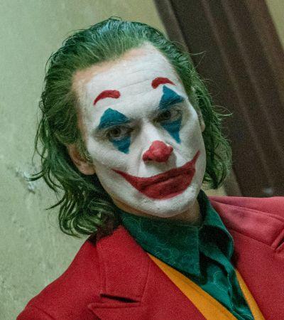 Улыбайтесь, это всех раздражает: Рецензия на фильм «Джокер»