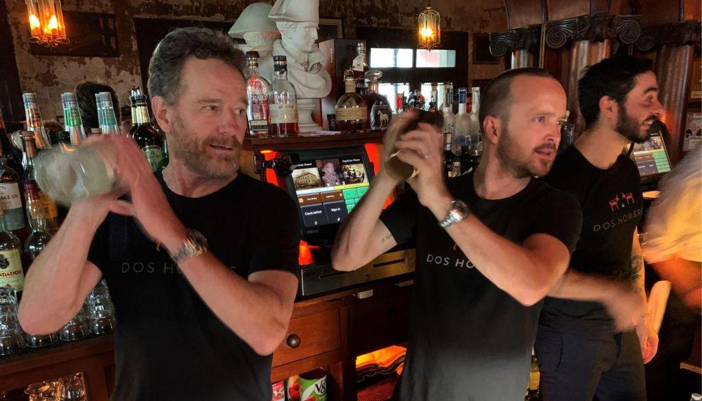 Брайан Крэнстон и Аарон Пол поработали барменами