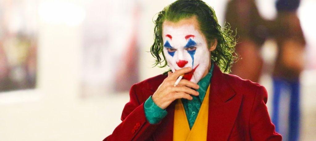 Танцующий Хоакин Феникс на фото со съёмок «Джокера»