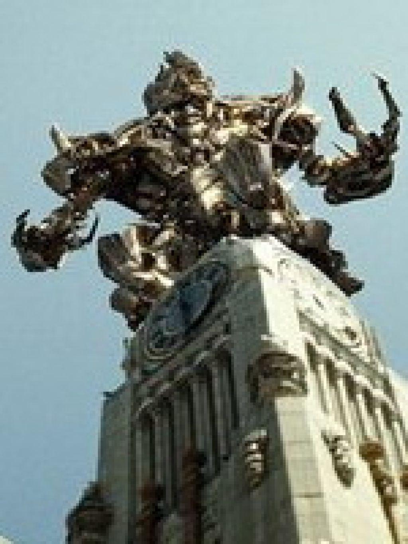 Сегодня в кинотеатрах России начнется большая битва гигантских боевых человекоподобных роботов -- на экраны выходят