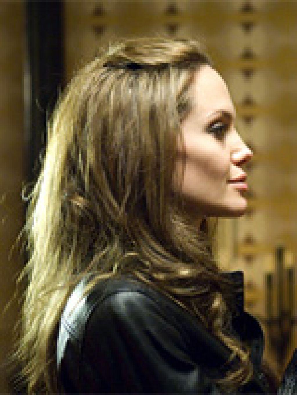 На CharityFolks.com выставили на продажу кожаную куртку, в которой Анджелина Джоли появляется в фильме Тимура Бекмамбетова