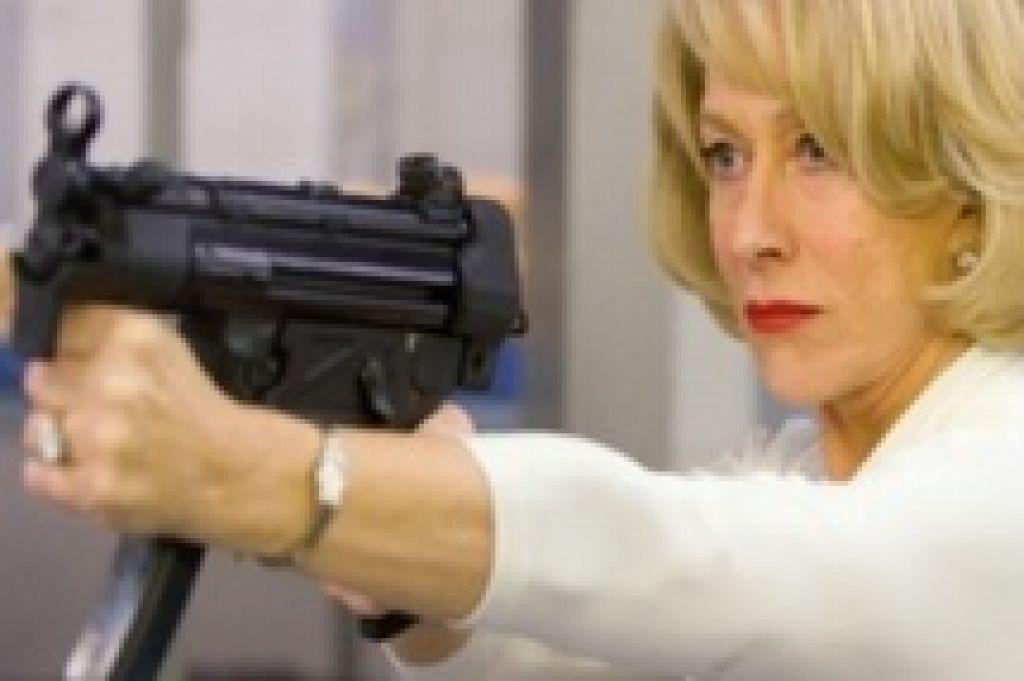 Хелен Миррен убеждает Брюса Уиллиса в том, что всю свою жизнь просто-таки мечтала о домашней рутине. Мы почему-то ей не очень верим