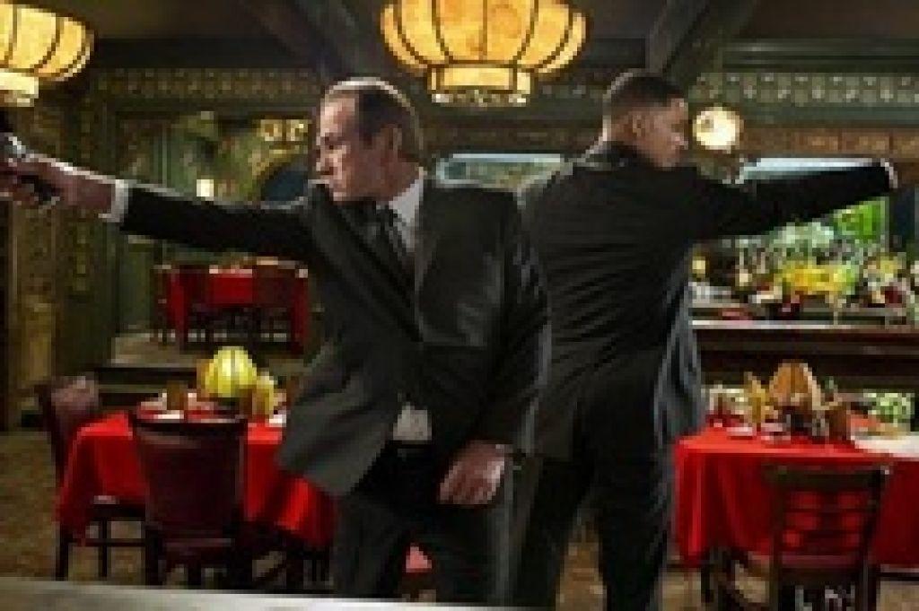 """Музыкальное видео рэпера Pitbull к фильму """"Люди в черном 3"""", испанский трейлер экшн-драмы """"Невозможное"""""""