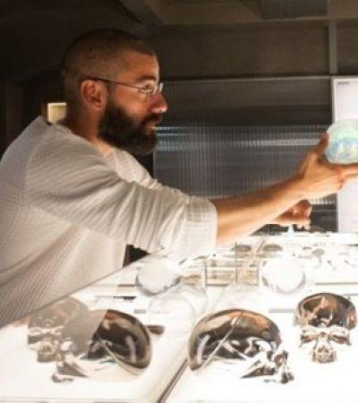 Оскар Айзек демонстрируетДоналу Глисону первой прототип робо-женщины