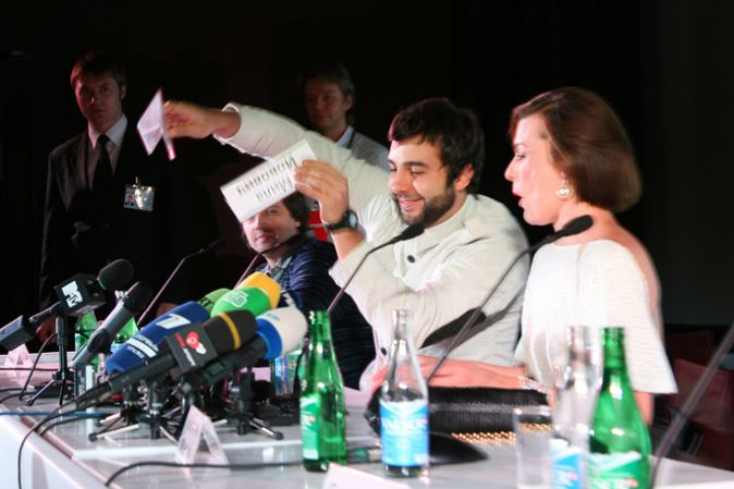 Милла Йовович, Иван Ургант и Константин Хабенский на пресс-конференции фильма «Выкрутасы»