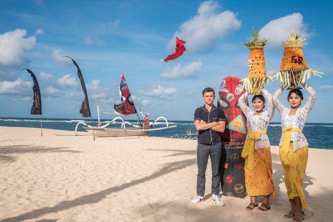 Фотоколл Тома Холланда и Криса Хемсворта на Бали