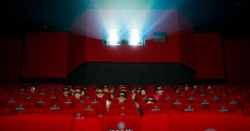 Россиян обяжут носить маски и перчатки в кинотеатрах